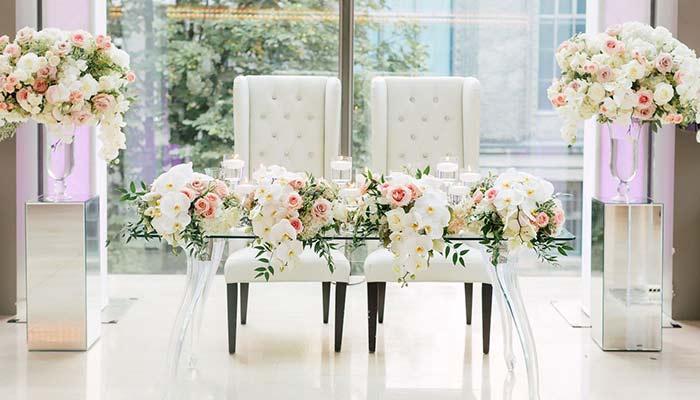گل آرایی جایگاه عروس و داماد در مراسم عقد